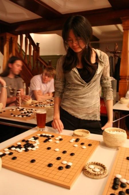 Li Yue spielt Simultan